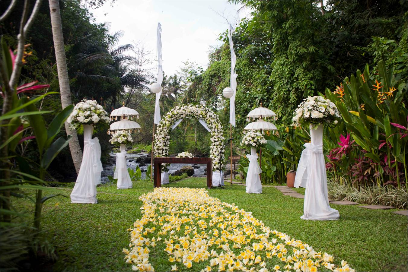 Bali garden wedding bali wedding a2zweddingcards for Bali wedding decoration ideas