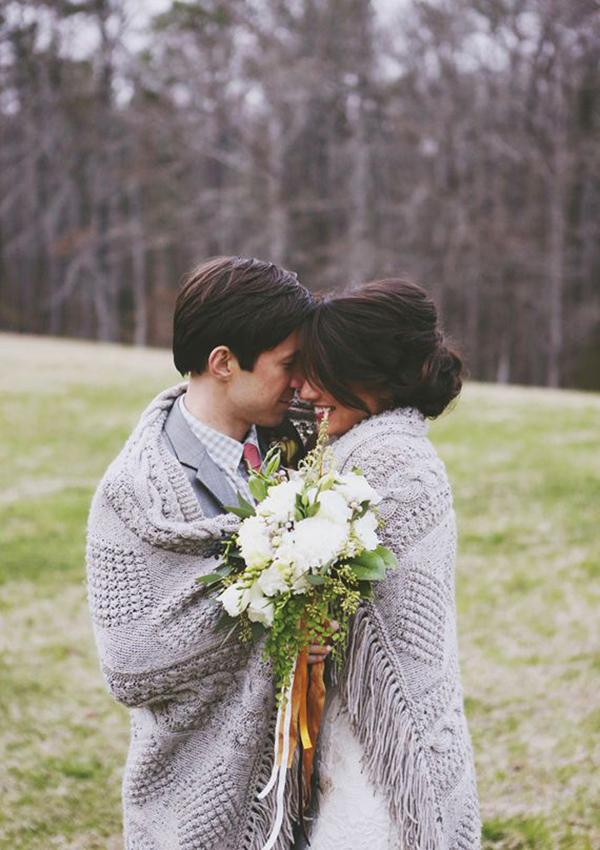 romantic-fall-wedding-photo-ideas-bride-and-groom-under-a-blanket-15-A2zWeddingCards