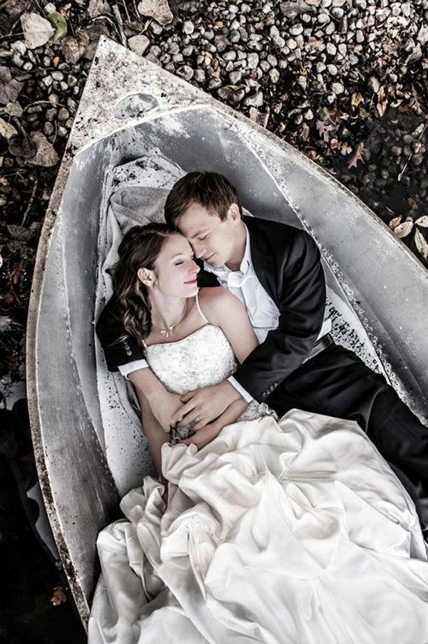 romantic-wedding-photo-in-the-boat-16-A2zWeddingCards